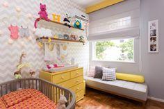 quarto de bebê cinza e amarelo, com papel de parede chevron