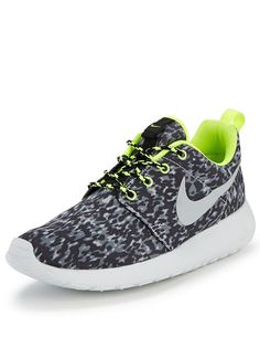 Nike Rosherun Printed Trainers The Rosherun trainer by Nike is a lightweight running shoe designed for a sleek look and feel.The camo print to the upper features neon trims for a bold contrast, while central lace ups secure the fit. The lightweight mid and outsoles help support the foot without weighting them down as well as providing traction and durability.Wear these trainers with Nike apparel for a streamlined and coordinated workout look this season.Useful info: Rosherun trainers by ...