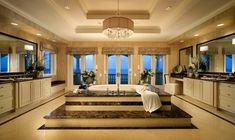 grande salle de bain de luxe de style traditionel avec baignoire
