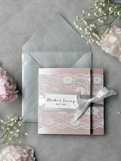 super-romantisches-Modell-einladung-hochzeit-rosa-grau-Glanzpapier-Spitze-Band-Blumen-Pfingstrosen