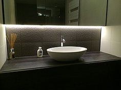 Helder witte ledstrip onder spiegelkast badkamer