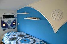 VW slaapkamer van Jurre: VW busje en logo van MDF en push lights als koplampen