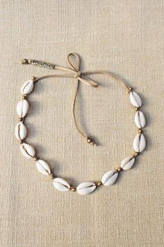 Choker Búzios Por supuestoTiara Choker Búzios Por supuesto anngel anngel Untitled Cowrie Shell Hemp Choker 18 Outfits With Shell Necklaces Shell Jewelry, Shell Necklaces, Beach Jewelry, Cute Jewelry, Diy Jewelry, Jewelery, Jewelry Accessories, Jewelry Making, Shell Choker