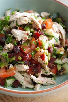 Griekse kipsalade Lekker! Met bosui, komkommer, tomaat, paprika en koud aardappeltje!