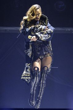 Rihanna-perfoming-live-in-concert-her-Diamonds-world-tour-at-the-Air-Canada-Centre1.jpg (600×900)