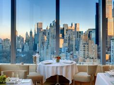 Il ristorante panoramico Asiate a New York City è ubicato al 35esimo piano all'interno del Mandarin Oriental Hotel,