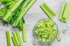 5 vízhajtó, haslapító smoothie zellerrel: javítják az emésztést, segítik a méregtelenítést Celery, Smoothie, Juice, Vegetables, Food, Diet, Essen, Smoothies, Juices
