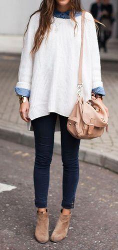 chemise en jean sous un pull long blanc, jean foncé et sac en bandoulière rose pâle