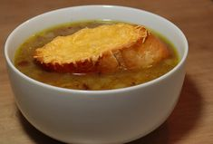 Francúzska cibuľová polievka - Recepty.cz - On-line kuchařka Onion Soup, French Onion, Cheeseburger Chowder, Thai Red Curry, Salsa, Cooking Recipes, Ethnic Recipes, Food, Kitchen