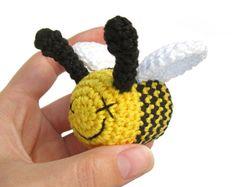 VENTA -50% - Crochet rattle - abeja - pequeño peluche - peluche - Amigurumi - algodón - negro y amarillo de ganchillo