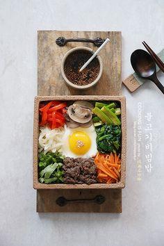윤식당 비빔밥 (간장소스의 불고기비빔밥)요즘 새롭게 보고 있는, 요리프로그램인 듯 요리프로그램이 아닌 ... Korean Dishes, Korean Food, Cute Food, Good Food, Food Menu Design, K Food, Food Concept, Food Decoration, Food Goals