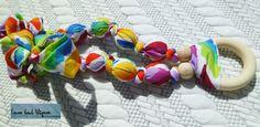 Collier de maternité et de portage en tissus et bois arc-en-ciel par CoconToutMignon sur Etsy https://www.etsy.com/fr/listing/240625136/collier-de-maternite-et-de-portage-en