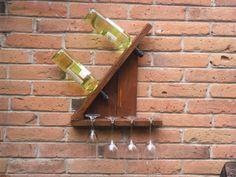Porta vinos de pared. Para dos botellas y cuatro copas. Hecho de madera reciclada, pintura y sellador ecológicos. Accesorios no incluidos. $500.00 MXN