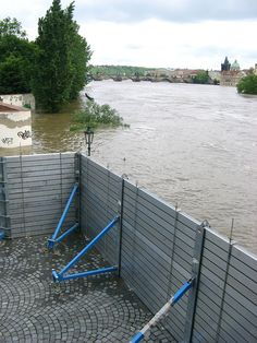 These pictures of the Prague flood are designed for documentation Survival Prepping, Survival Skills, Flood Prevention, Flood Wall, Diy Storage Cabinets, Flood Barrier, Underground Shelter, Construction, Diy Garden Decor