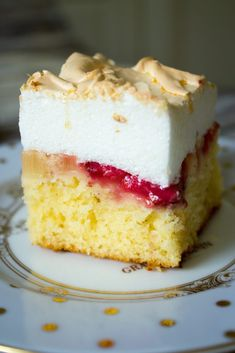 A strawberry and rhubarb cake topped with a thick layer of sweet and fluffy meringue. Rhubarb Meringue, Rhubarb Desserts, Rhubarb Cake, Meringue Cake, Strawberry Meringue, Delicious Desserts, Dessert Recipes, Decadent Cakes, Cake Toppings
