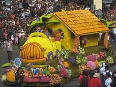 Panagbenga Float parade Bahay kubo made of fresh cut flowers Baguio City Bahay Kubo, Parade Floats, Baguio City, Flower Festival, Annual Flowers, City Streets, Pinoy, Meeting New People, Cut Flowers