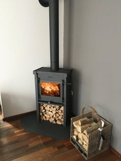 JAcobus houtkachel Wood Stove Hearth, Wood Burner Fireplace, Home Fireplace, Fireplace Design, Parrilla Exterior, Modern Victorian, Living Spaces, Family Room, Interior Decorating