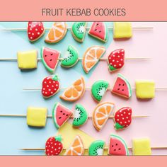 No need to wait for Christmas to bake decorative cookies! Use your favorite royal icing and this recipe for fruit kebab cookies to make a yummy dessert. Bring these colorful fruit cookies to a birthday party or a BBQ this summer! Fruit Cookies, Galletas Cookies, Lemon Sugar Cookies, Fruit Party, Party Snacks, Summer Fruit, Summer Desserts, Fruit Kebabs, Fruit Salad