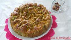 Torta con le nespole aromatizzata con mandorle e pistacchi.
