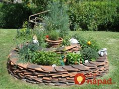 Herbal snail self-build. what is a herb spiral and how herbs Fenced Vegetable Garden, Vertical Vegetable Gardens, Vegetable Planters, Vegetable Garden Design, Herb Spiral, Spiral Garden, Easy Garden, Herb Garden, Tuile