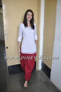 Kalki Koechlin snapped at Mumbai Drama school - great actress, love her style! Indian Attire, Indian Wear, Indian Outfits, Indian Dresses, Patiyala Dress, Kalki Koechlin, Patiala Salwar, Anarkali, Indian Look