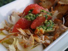 Insalata verde con pesto di agrumi, pompelmo rosa e pollo alla griglia sfilettato