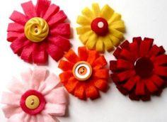 Flores de feltro e botão