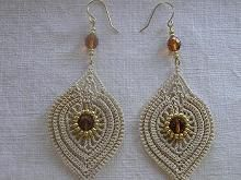 Pretty earrings, don't know who to credit, but there are lots of nice ideas… Tatting Earrings, Tatting Jewelry, Bead Earrings, Beaded Jewelry, Handmade Jewelry, Crochet Rings, Bead Crochet, Crochet Crafts, Crochet Lace