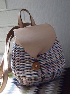 Paper Basket, Basket Bag, Paper Weaving, Hand Weaving, Newspaper Art And Craft, Creative Bag, Willow Weaving, Knitting Stiches, Diy Handbag