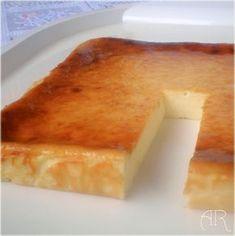 Pastel de limón y queso horneado / 3 yogures de limón (la unidad pesa 125g). 9 cucharadas de azúcar. 3 cucharadas de maicena. 3 huevos. La ralladura de un limón. 1 tarrina de queso philadelphia (300g.)