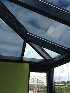 De ramen van deze serre hebben we getint met outdoor vlak glas tint folie. Minder warmte binnen, UV werend en beschermend voor het glas!