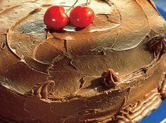 Receita de Bolo de Chocolate Amargo - bolo ao meio, recheie e... 200 g de chocolate meio amargo, 100 g de margarina, 1 xícara (chá) de açúcar, 6 gemas, 1 xícara (chá) de farinha de trigo, 6 claras, 250 g de chocolate meio amargo picado, 250 g de creme de leite, 3 colheres (sopa) de açúcar de confeiteiro