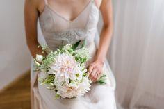 Ráda fotím páry, které se nebojí odlišit a prožít svůj den podle svých představ. Intimnísvatbu v přírodě, na oblíbeném místě – v lese, na louce, v kostelíku... Svatební šaty splývavé či vintages nádechem starorůžové či pudrové, svatbu s vůní čerstvě… Bouquet, Bridal, Wedding Dresses, Fashion, Bride Dresses, Moda, Bridal Gowns, Bride, Alon Livne Wedding Dresses