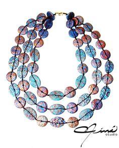 Collar reversible, arcilla polimérica, pinturas acrílicas, lado azul - Reversible necklace, polymer clay, acrylic paints, blue side  #HandMade #designersVenezuela #VenezuelanDesign #hechoamano #lluviadeestrellas #ÚnicaConNináStudio #UniqueDesign