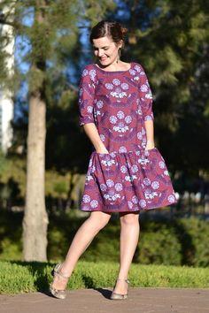 patron de couture robe Malvarosa: de style babydoll à la taille basse et avec un volant. Elle possède des poches et deux longueurs de manches.