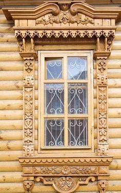 Наличник на окна в деревянном доме: декоративное украшение фасада и 70+ оригинальных примеров http://happymodern.ru/nalichnik-na-okna-v-derevyannom-dome/ Прорезные деревянные наличники с узором