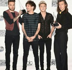 One Direction pose with their awards - AMA's - One Direction Wallpaper, One Direction Pictures, I Love One Direction, Seconds In A Year, One Direction Zayn Malik, Harry Styles 2015, Irish Boys, Best Fan, American Music Awards