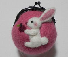 羊毛フェルトでできています。直径約8.5cm本体の色 ピンク18cmのひも付き|ハンドメイド、手作り、手仕事品の通販・販売・購入ならCreema。