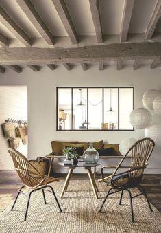 mobilier-rotin-chaises-vintage-banc-cuisine-familiale-tapis-coco-sol-briques-rouges