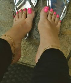 Pretty Toe Nails, Pretty Toes, Feet Soles, Women's Feet, Pies Sexy, Pink Pedicure, Feet Images, Nice Toes, Feet Nails