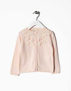Casaco de malha 100% algodão com flores aplicadas. Botões em forma de flor.