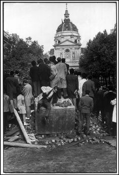 """PARIS—Place de la Sorbonne, May 1968. © Henri Cartier-Bresson / Magnum Photos   Frente a un mundo en constante movimiento, el fotógrafo debe presentar una actitud igualmente activa: debe captar el ritmo que organiza las cosas, y reconocer el momento preciso en que las cosas van a encontrar su equilibrio. La imagen se congela este momento decisivo """". (Extracto de un artículo de Susana Benko: http://susanabenko.blogspot.com/2010/11/henri-cartier-bresson-la-intuicion.html)"""