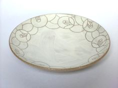 赤土の上に白化粧を施し、お皿のふちに椿の花と葉をデザインしました。銘々皿や取り皿などにお使いいただけるサイズになっています。サイズ 12.6×高さ...|ハンドメイド、手作り、手仕事品の通販・販売・購入ならCreema。