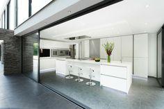 baie vitrée coulissante de la cuisine moderne blanche