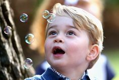 El chico de tres años disfrutó mucho soplar burbujas.