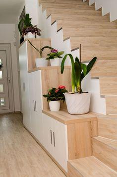 Tmavá místnost nebo prostor podschody? Poradíme, costím - Proženy Planter Pots, Mini, Plants, Art, Home, Art Background, Kunst, Planters, Performing Arts