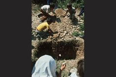 1981. Niños se despiden del menor fallecido de las dos fotos anteriores en el campamento de refugiados salvadoreños en La Virtud, Honduras.