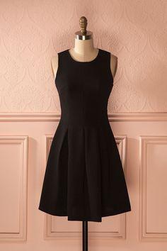 Elle marchait gracieusement dans l'allée pour rejoindre son siège.   She gracefully walked down the aisle to reach her seat. Pégalie Noir - Black A-Line dress www.1861.ca