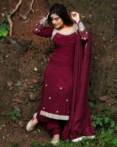 Salwar Suit Neck Designs, Dress Neck Designs, Saree Blouse Designs, Punjabi Suits Designer Boutique, Indian Designer Suits, Designer Party Wear Dresses, Kurti Designs Party Wear, Indian Dresses, Indian Outfits