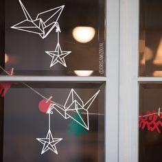 Doe, terwijl je deze kraanvogels met ster op je raam tekent, een wens.. best groot kans dat ie uitkomt! Raamtekening geïllustreerd door Origami Zoo.